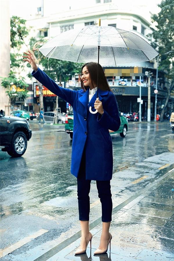 Đông về, mĩ nhân Việt xúng xính áo khoác xuống phố