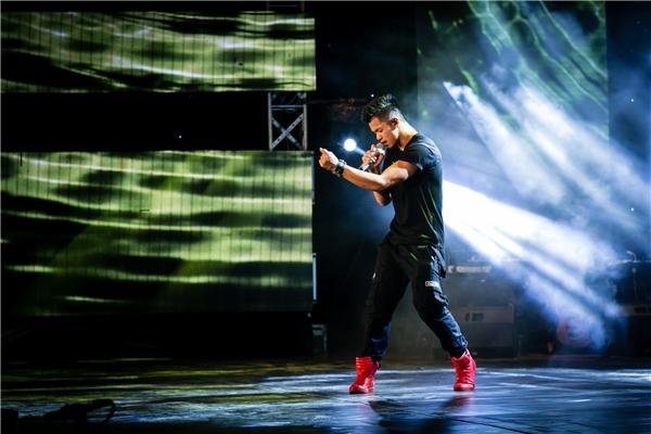 Quán quân Vietnam Idol 2015 tự tinthể hiện vũ đạo khuấy động sân khấu. - Tin sao Viet - Tin tuc sao Viet - Scandal sao Viet - Tin tuc cua Sao - Tin cua Sao