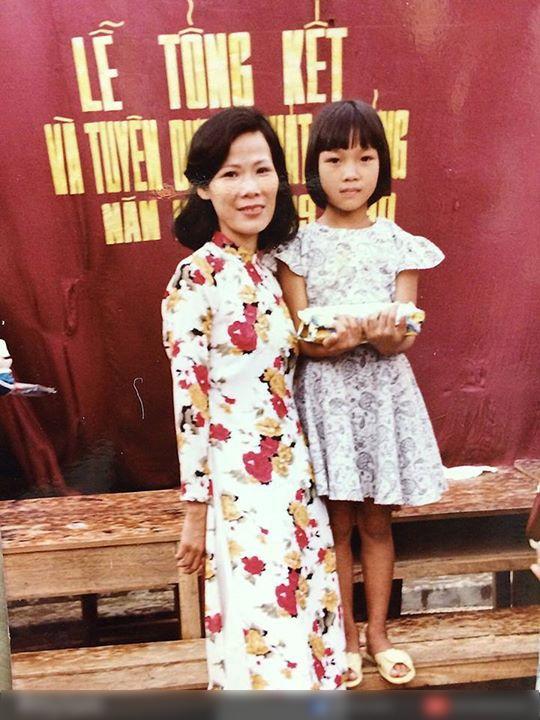 Người hâm mộ rất thích thú khi nữ ca sĩ Họa mi tóc nâu đăng tải hình ảnh mình lúc nhỏ bêncạnh cô giáo. Kèm theo đó Mỹ Tâm cũng gửi gắm những lời chúc tốt đẹp đến thầy cô. - Tin sao Viet - Tin tuc sao Viet - Scandal sao Viet - Tin tuc cua Sao - Tin cua Sao