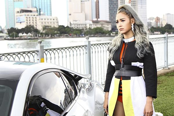 Đặc điểm dễ nhận thấy ở những mẫu bodysuit của Minh Hằng chính là việc kết hợp cùng chi tiết dựng phom 3D hay những yếu tố phụ trợ.