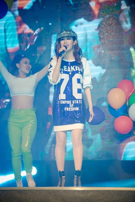 Đọ gu thời trang sân khấu đôi bạn thân Minh Hằng, Hoàng Thùy Linh