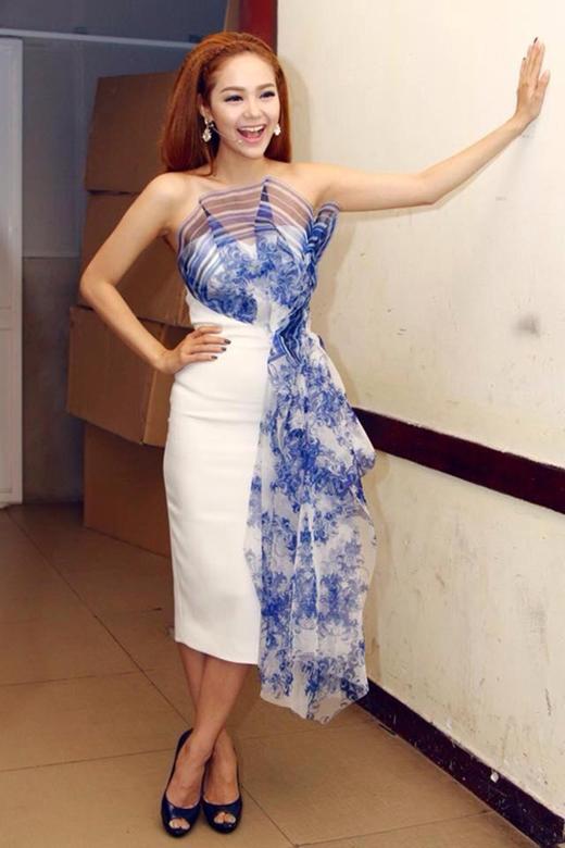 Tuy nhiên, đôi lúc nữ giám khảo xinh đẹp vẫn phá cách với trang phục gợi cảm.