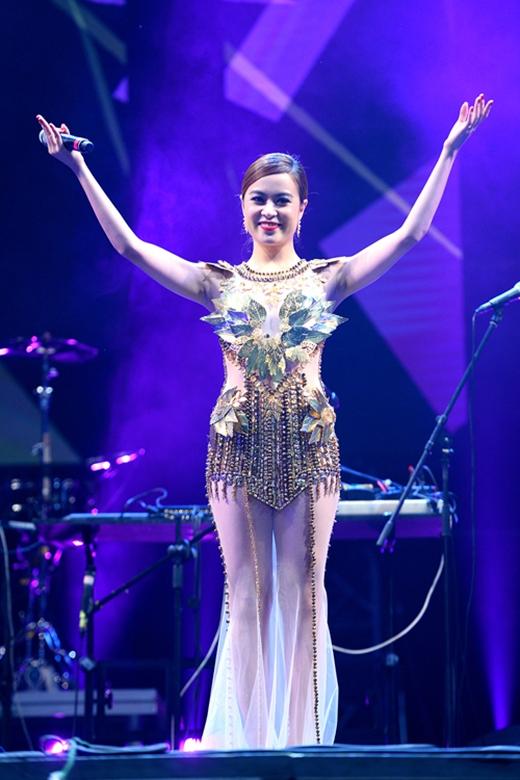 Hình ảnh hiếm hoi của Hoàng Thùy Linh trên sân khấu trong những chiếc váy dài sang trọng, điệu đà. Nữ ca sĩ vẫn giữ lấy vẻ gợi cảm vốn có qua chất liệu lưới xuyên thấu mỏng tang.