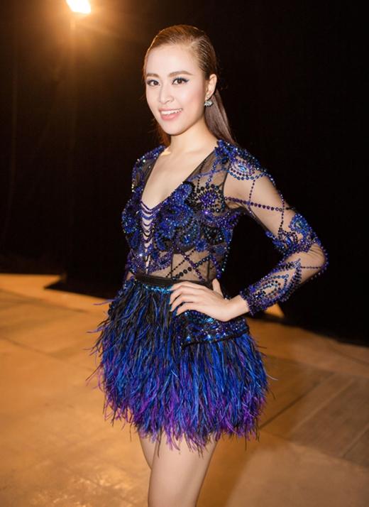 Mẫu thiết kế mà Hoàng Thùy Linh diện trình diễn trên sân khấu Đêm hội chân dài 9 nhận được nhiều lời khen bởi tự tinh tế, hài hòa từ chất liệu đến màu sắc.