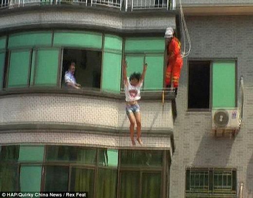 Thế nhưng, có vẻ như cô gái đã cự tuyệt mọi lời nói. Cô không đưa ra ý kiến gì.Bất chấp những nỗ lực từ lính cứu hỏa, cô gái đã quyết định nhảy. (Ảnh: HAP)