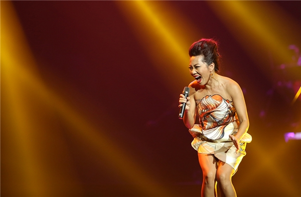 Trần Thu Hàmở màn đêm nhạc bằng một ca khúccủa nhạc sĩ Giáng Son: Thu cạn. - Tin sao Viet - Tin tuc sao Viet - Scandal sao Viet - Tin tuc cua Sao - Tin cua Sao