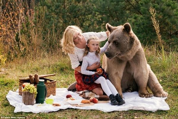 Được biết cô mẫu xinh đẹp có tên là Irina, cô cùng con gái Katya đi dã ngoại với một người bạn đặc biệt là chú gấu nặng gần 600kg.