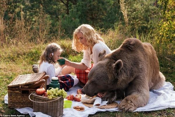 """Ngoan ngoãn bên cạnh hai mẹ con, thỉnh thoảng thò mồm vào """"ăn vụng"""" đồ ăn trong giỏ."""