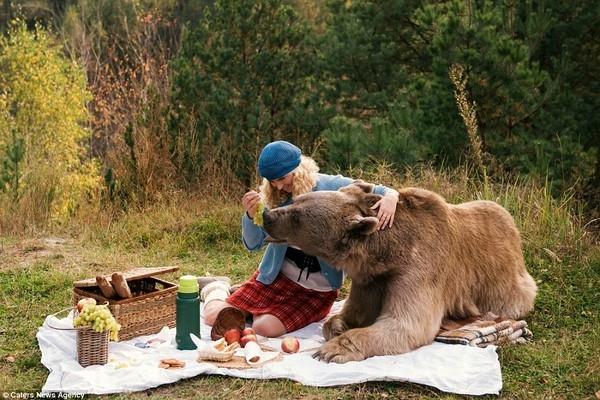 Con vật khổng lồ ngoan ngoãn nằm dưới vòng tay Irina ăn... nho.
