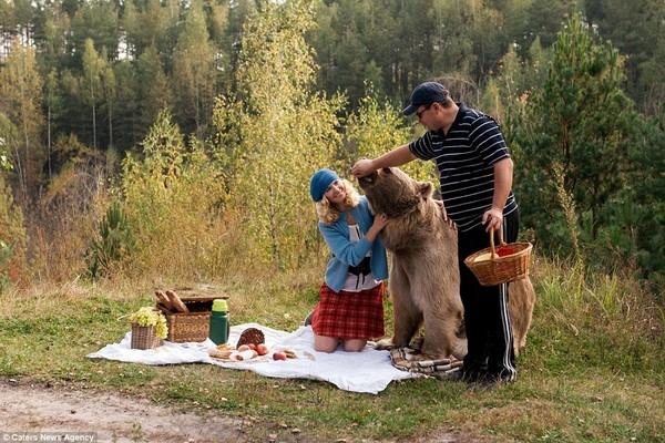 Mới đầu Irina cảm thấy rất lo lắng khi đồng ý tham gia bộ ảnh này, tuy nhiên nữ nhiếp ảnh gia Barantseva quả quyết rằng con gấu rất hiền lành nên đã đề nghị mời thêm Katya chụp ảnh.