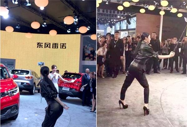 Tuy nhiên, ngay sau sự kiện, hình ảnh của Phạm Băng Băng được cư dân mạng lan truyền nhiều nhất chính là dáng đứng chụp ảnh kém duyên và buồn cười. Có vẻ như đôi giày quá cao đã khiến nữ diễn viên xinh đẹp khó chọn được dáng đứng thoải mái.