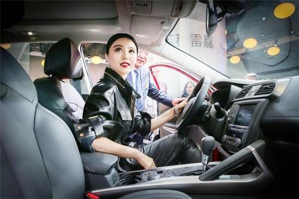 Chia sẻ tại sự kiện, Phạm Băng Băng cho biết cô đã nghĩ tới việc kết hôn cùng bạn trai Lý Thần nhưng vẫn chưa có kế hoạch cụ thể cho việc này.