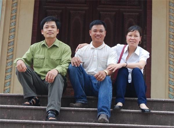 """Bố mẹ vàQuyênchụp hình cùng haivị ân nhân sau 8 năm """"thất lạc"""".(Ảnh:Internet)"""