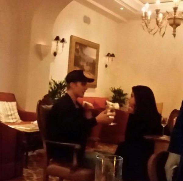Hình ảnh Justin và Selena tại nhà hàng do fan chụp được.