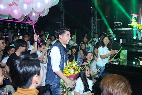 Noo Phước Thịnh bí mật mang hoa và bong bóng lên sân khấu để mừng sinh nhật Hà Hồ. - Tin sao Viet - Tin tuc sao Viet - Scandal sao Viet - Tin tuc cua Sao - Tin cua Sao
