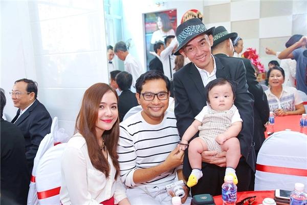 Tiệc đính hôn còn có diễn viên, ca sĩ Minh Thuận, anh tỏ ra thích thú khi được gặp con trai Huỳnh Đông. - Tin sao Viet - Tin tuc sao Viet - Scandal sao Viet - Tin tuc cua Sao - Tin cua Sao
