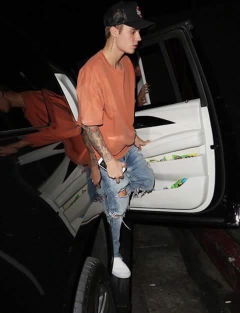Fan chết ngất khi Justin Bieber hát tặng Selena Gomez