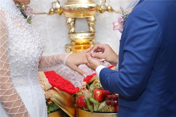 và trao nhẫn cưới đầy long trọng trong lễ đính hôn. - Tin sao Viet - Tin tuc sao Viet - Scandal sao Viet - Tin tuc cua Sao - Tin cua Sao