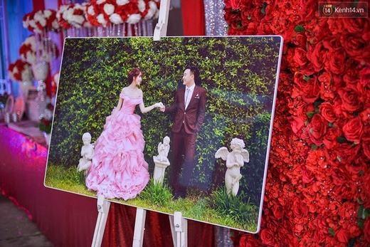 Đám cưới gây ấn tượng bởi màu đỏ rực ngay từ điểm tiếp khách.