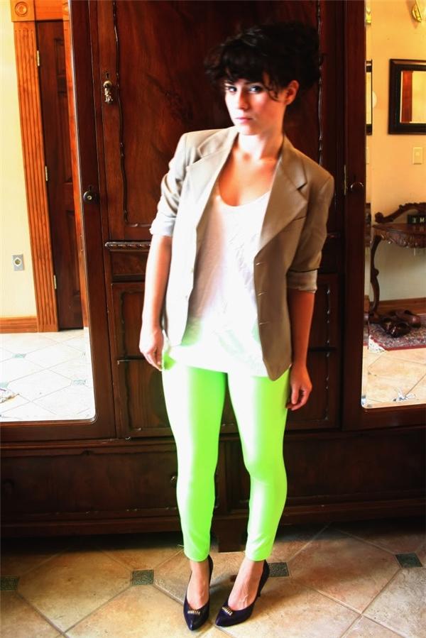 Thứ năm, với những cô gái có phần đùi kém thon hoặc phần chân ngắn, không nên diện legging có màu sáng, chóe hoặc chất liệu ánh kim vì sẽ khiến bạn trông kém xinh hơn.