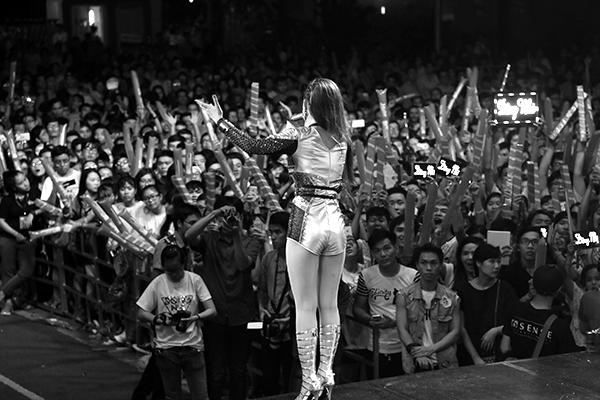 Tất cả khán giả đều nán lại đến tận khuya để được thưởng thức hết các màn trình diễn của quán quân The Remix. - Tin sao Viet - Tin tuc sao Viet - Scandal sao Viet - Tin tuc cua Sao - Tin cua Sao