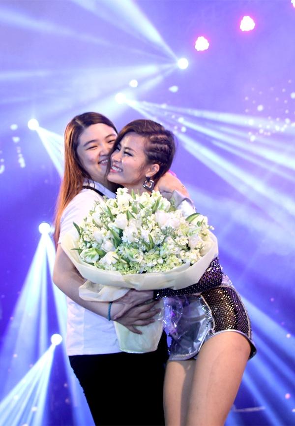 Hạnh phúc khi được một fan tặng bó hoa to. - Tin sao Viet - Tin tuc sao Viet - Scandal sao Viet - Tin tuc cua Sao - Tin cua Sao