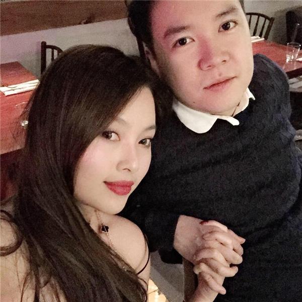 Dù không chính thức công khai chuyện tình cảm nhưng cặp đôi thường xuyên cập nhật những hình ảnh hẹn hò, tình tứ bên nhau lãng mạn trên trang cá nhân.