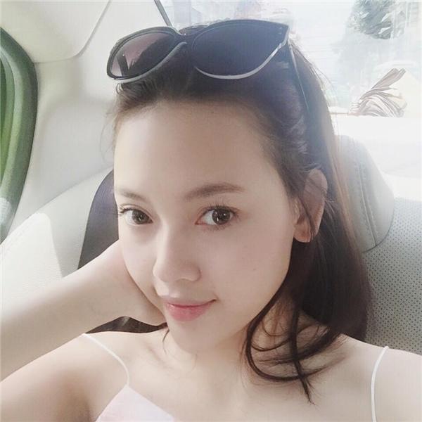 Không cần trang điểm cầu kì, bạn gái Lê Hiếu vẫn rạng ngời với vẻ đẹp mộc mạc.