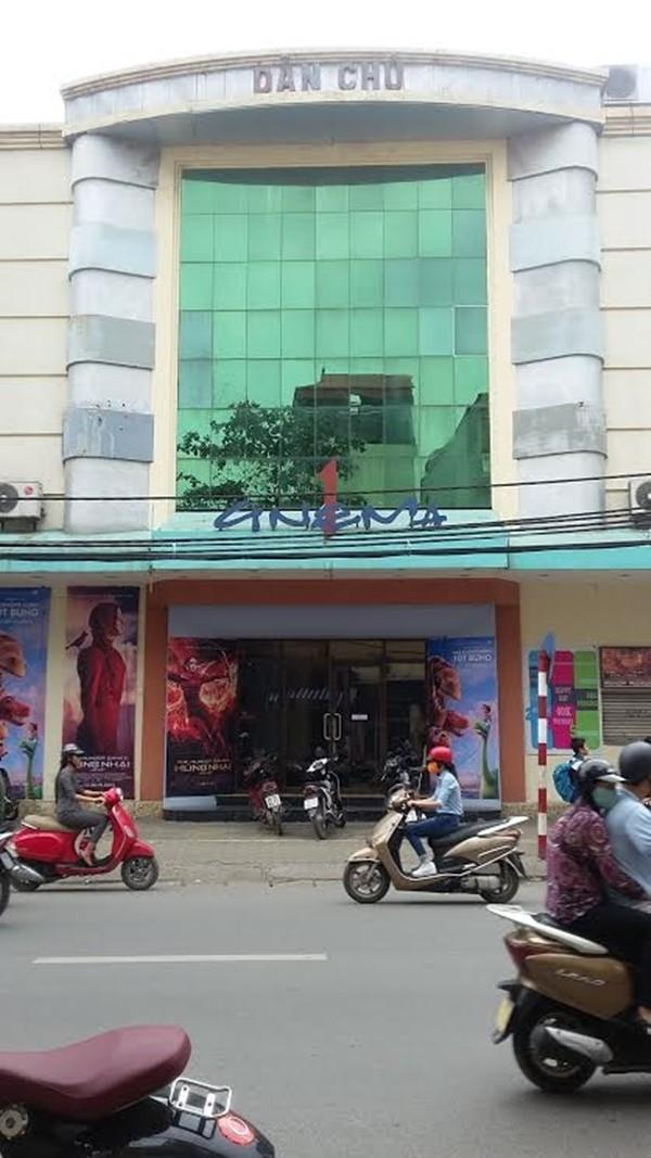 Rạp Dân Chủ nằm trên con phố Khâm Thiên, Hà Nội - (Ảnh: Thu Hường)