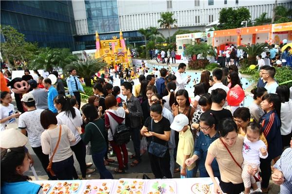 Trong suốt nhiều năm tổ chức, Lễ hội Văn hóa và ẩm thực Việt Nam - Hàn Quốc luôn thu hút đông đảo khán giả quan tâm lên tới hàng chục nghìn người.   Với đông đảo người tham gia, đối với chương trình năm nay, ban tổ chức đã chuẩn bị chu đáo những biện pháp để đối phó với sự thay đổi bất thường của thời tiết. - Tin sao Viet - Tin tuc sao Viet - Scandal sao Viet - Tin tuc cua Sao - Tin cua Sao