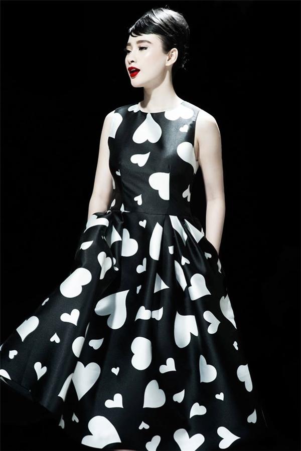 Đồng thời, Angela Phương Trinh cũng chính thức trở thành nàng thơ của nhà thiết kế Đỗ Mạnh Cường trong dự án mới này. Từng khung hình của nữ diễn viên xinh đẹp với trang phục họa tiết trái tim khiến khán giả không thể rời mắt bởi nét đẹp ngày càng mặn mà, sắc sảo.