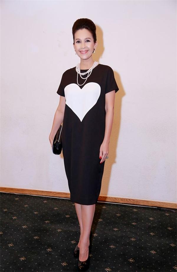 Nữ hoàng ảnh lịch Diễm My cũng diện một thiết kế tương tự Lê Thúy nhưng với nền đen, tim trắng.
