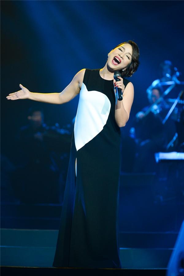 Diva Mỹ Linh vừa trẻ trung, vừa gợi cảm, sang trọng trong váy suông xẻ tà họa tiết trái tim trong một đêm nhạc vừa qua.