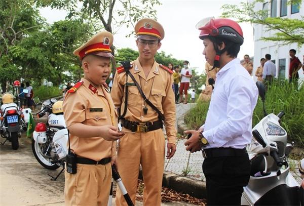 Dũng được làm CSGT đi tuần tra, kiểm soát an toàn giao thông trong ngày 21/11. Ảnh: Đoàn Nguyên.