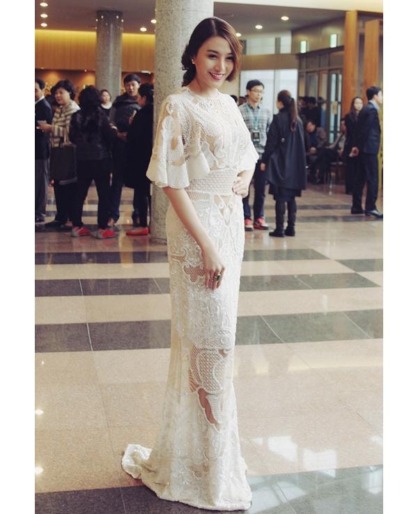 Xuất hiện tại đêm chung kết Hoa hậu Thế giới Hàn Quốc 2015, chân dài Lê Hà gây ấn tượng mạnh khi diện bộ váy trắng có giá gần 700 triệu đồng. Chất liệu cao cấp cùng những đường cắt tinh tế, hiện đại giúp người đẹp càng trở nên đẳng cấp, sang trọng.