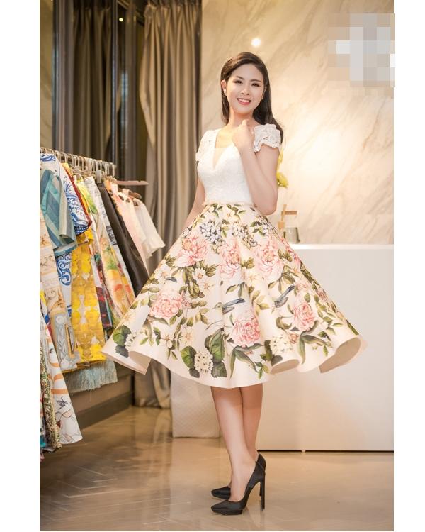 Ngọc Hân hóa thân thành cô tiểu thư điệu đà trong bộ váy xòe cổ điển. Mặc dù thiết kế sử dụng những tông màu nhẹ cổ điển làm chủ đạo nhưng vẫn thu hút nhờ họa tiết hoa được in chân thực, sống động.