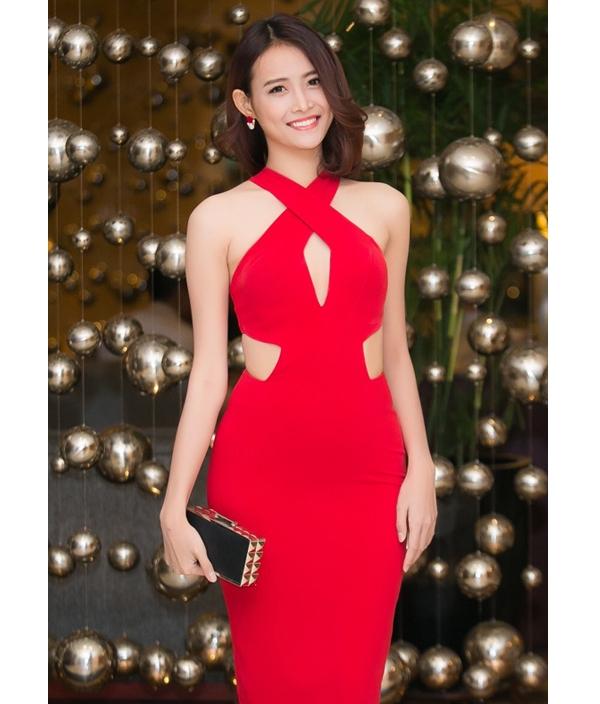 Bên cạnh sắc đỏ ruby nổi bật, bộ váy của Trương Mỹ Nhân còn gây ấn tượng bởi những đường cắt tinh tế nhằm thể hiện tối đa vẻ đẹp hình thể.