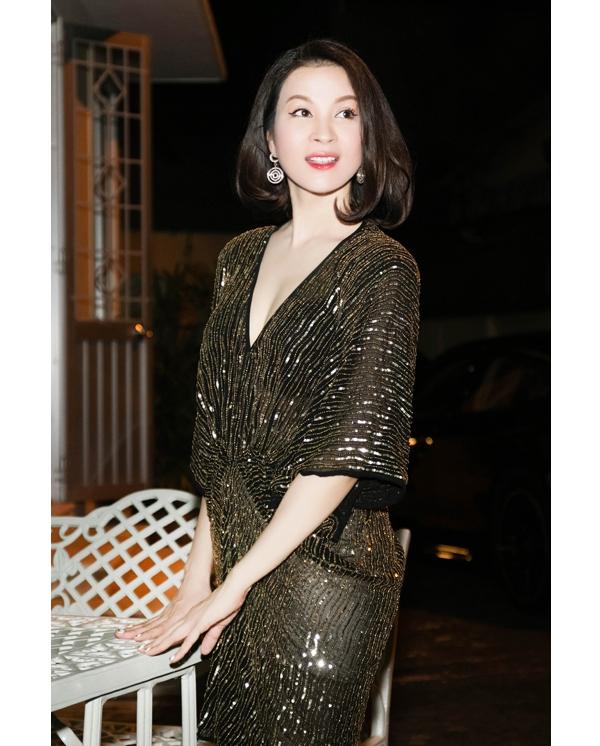 Ở tuổi 42, Thanh Mai khiến nhiều người ngỡ ngàng với vẻ ngoài không khác mấy thời xuân thì. Tham dự buổi tiệc sinh nhật của hoa hậu Giáng My, Thanh Mai diện bộ váy có phom hiện đại được thực hiện trên nền chất liệu ánh kim xuyên thấu vô cùng tinh tế, sang trọng.