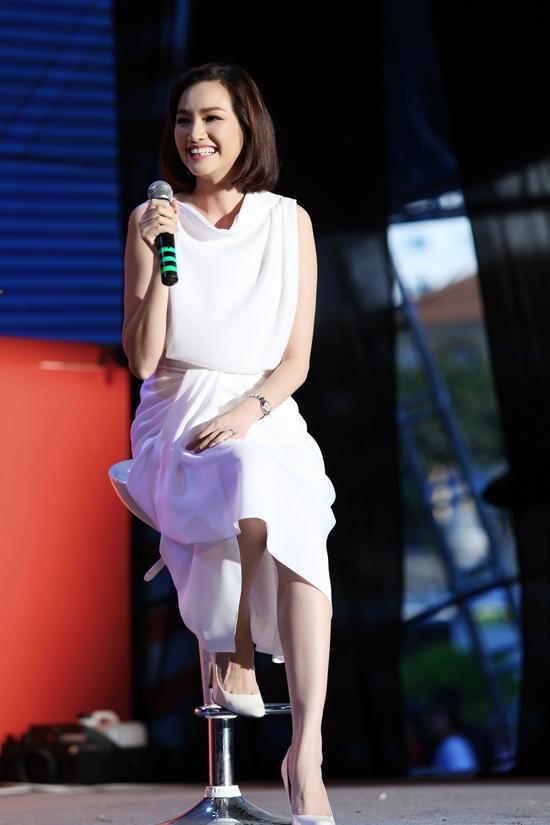 Cùng chọn sắc trắng tinh khôi, nếu như Uyên Linh gợi cảm với dáng váy ôm sát, xẻ tà thì Trúc Diễm lại trẻ trung, hiện đại trong thiết kế bất đối xứng.