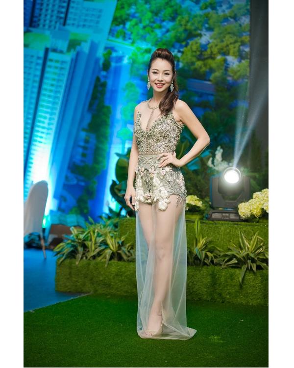 Jennifer Phạm cũng góp mặt trong danh sách này khi chọn diện bộ váy xuyên thấu được đính kết kì công của Hà Duy.