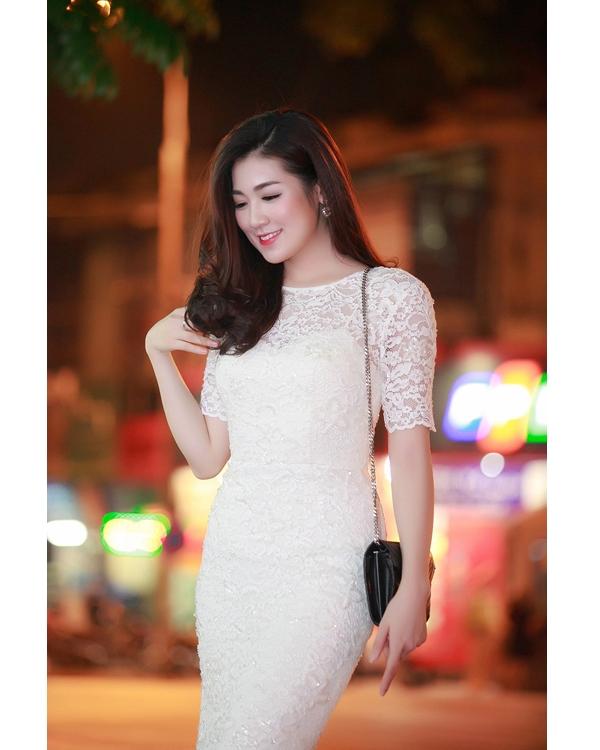 Á hậu Dương Tú Anh nền nã, nhẹ nhàng trong dáng váy bodycon cổ điển thực hiện trên nền chất liệu ren xuyên thấu.