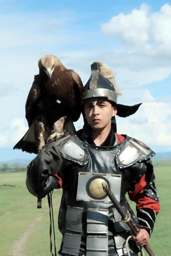 Hình ảnh Hồ Quang Hiếu trong bộ giáp sắt khi du lịch Mông Cổ khiến fan vô cùng thích thú. - Tin sao Viet - Tin tuc sao Viet - Scandal sao Viet - Tin tuc cua Sao - Tin cua Sao