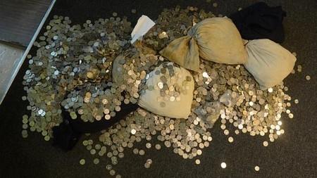 Số tiền xu trị giá 19.000 SGD đầy mùi cá được dùng trả nợ. (Ảnh Internet)