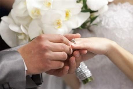 Cuối cùng anh ấy cũng đã đeo được nhẫn vào tay người bạn gái 20 năm của mình. (Ảnh Internet)