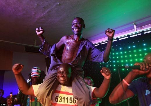 Niềm hạnh phúc của người chiến thắng. (Ảnh: AFP/AP)