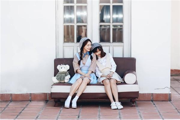 Mới đây, những hình ảnh được chia sẻ từ một tài khoản facebook có tên Phương Anh đã khiến khán giả vô cùng bất ngờ với vẻ ngoài cực giống nữ diễn viên xinh đẹp Nhã Phương. Trong đó, Nhã Phương và cô gái này diện những trang phục năng động, trẻ trung vui đùa tinh nghịch.