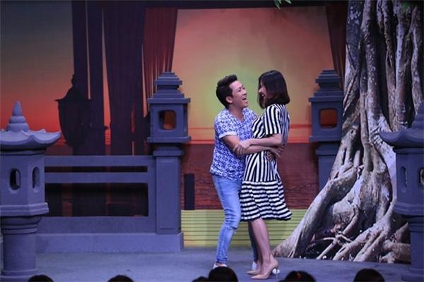 Trong một tập quay khác của chương trình Ơn giời, cậu đây rồi ngay từ khi Vân Trang bước vào phòng thì cả hai đã ôm chầm lấy nhau. - Tin sao Viet - Tin tuc sao Viet - Scandal sao Viet - Tin tuc cua Sao - Tin cua Sao