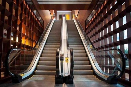 Cách đi thang cuốn an toàn nhất định bạn phải biết