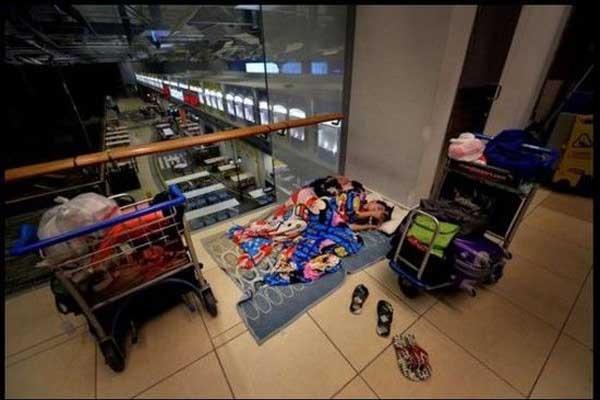 Cuộc sống trong sân bay của cặp đôi Singapore.