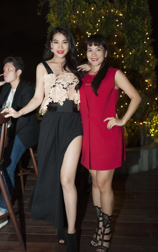 Thời gian gần đây, nữ diễn viên Trương Ngọc Ánh có vẻ ưa chuộng những kiểu váy cắt xẻ khoe chân dài. Bên cạnh kiểu váy có phần lỗi mốt, chi tiết ren thừa đính kết ở phần ngực còn khiến tổng thể trở nên kém sang hơn.